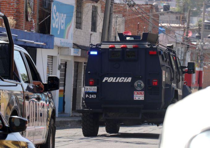 Rescate de agente de FISDAI en el Mercado Morelos desata balacera y deja 16 detenidos Puebla, Pue.- Cuerpos de seguridad pública Municipal y Estatal, con apoyo del Ejército Mexicano, detuvieron a 16 personas la tarde de este jueves, tras una balacera en el Mercado Morelos, que se registró tras el rescate de un agente ministerial que estaba retenido por locatarios de dicho centro de abasto. Entre los probables responsables hay una mujer; todos fueron detenidos mediante un operativo de la Fiscalía General, la FISDAI, la Secretaría de Seguridad Pública y Tránsito Municipal, la Secretaría de Seguridad Pública del Estado y el Ejército Mexicano. De la información recabada por Tribuna Noticias, se sabe que un grupo de agentes de la Fiscalía de Investigación de Secuestros y Delitos de Alto Impacto (FISDAI), se encontraban realizando trabajos de inteligencia en la zona. Sin embargo, al pasar por unos locales abandonados que se encuentran en la 46 Norte y Carril de la Rosa, un grupo de sujetos (presuntos locatarios), lo sometieron y trasladaron a otro punto cerca de una maquila, donde lo mantuvieron retenido. No conformes con ello, lo golpearon y despojaron de sus zapatos. Por lo anterior, el resto de su grupo de trabajo, pidió apoyo a diversas corporaciones para rescatarlo. La incursión Minutos después de las 13:30 horas, se desplegó un fuerte operativo por tierra y aire con el helicóptero de la SSP, para rescatar al agente Pedro Padilla Cuecuechas, adscrito a la FISDAI. Agentes ministeriales que participaron en el operativo, explicaron que al ingresar a los locales de la 46 Norte, comenzaron a dispararles desde diferentes puntos, otros sujetos los apedrearon, motivo por el cual se repelió el ataque. Minutos después de las 14:00 horas, la situación ya era tensa. Se ordenó el cierre de Carril de la Rosa, desde el Bulevar Xonaca hasta la 48 Norte, mientras se efectuaban sobrevuelos con el helicóptero y se mantenía el cerco por parte de policías municipales, estatales y ministe