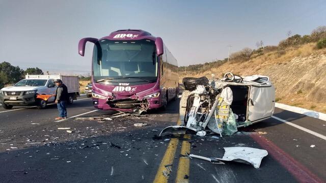 Muertos, autobús de pasajeros, automóvil, autopista, kilómetro, vehículo, Amozoc, carril, volcadura, servicios de emergencia, paramédicos, cadáveres