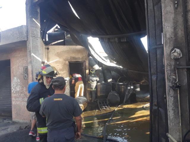 Incendio, recicladora, aceites, solventes, siniestro, daños, humo, servicios de emergencia, Bomberos, Protección Civil, Policía Estatal, agua, llamas, tambos, camionetas, madera