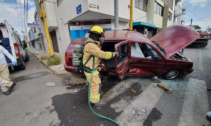 Accidente, Jetta, camioneta, paramédicos del Suma, Protección civil, hospital, poste de metal, personas lesionadas